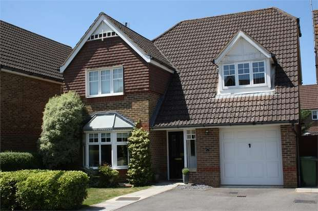 4 Bedrooms Detached House for sale in Glebe Close, Aldershot, Hampshire