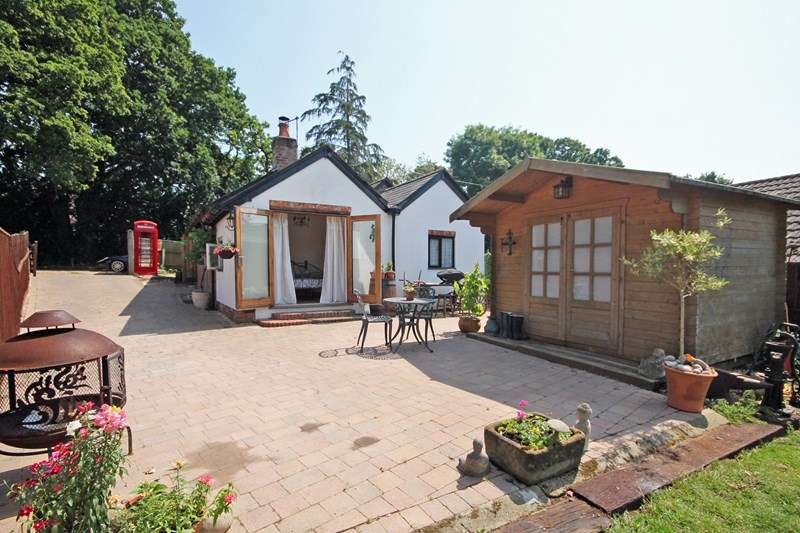 2 Bedrooms Bungalow for sale in Burley Road, Bransgore, Christchurch