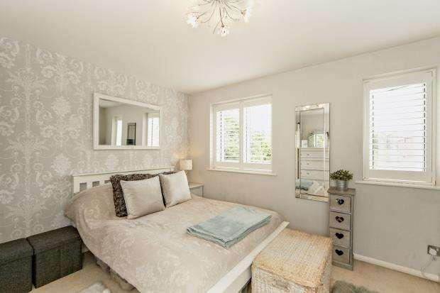 1 Bedroom Flat for sale in Percy Gardens, Worcester Park, Surrey