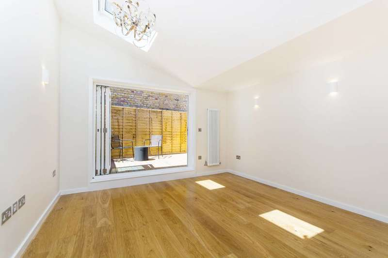 2 Bedrooms Flat for sale in Northcote Road, Between the Commons, SW11