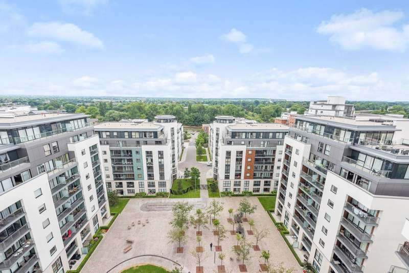 3 Bedrooms Flat for sale in Pump House Crescent, Kew Bridge, TW8