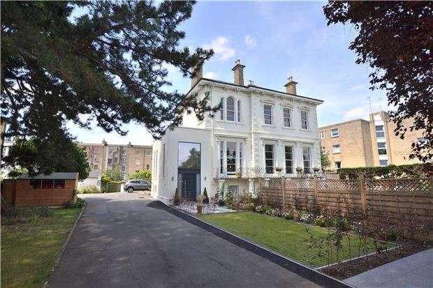 3 Bedrooms Flat for sale in Garden Flat, Stoneleigh Parabola Road, CHELTENHAM, Gloucestershire, GL50 3BD