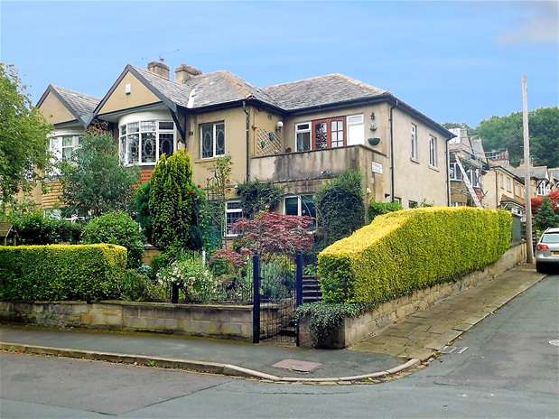 4 Bedrooms Semi Detached House for sale in Fern Hill Road, Shipley