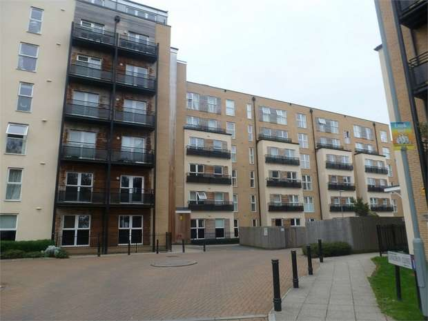 2 Bedrooms Flat for sale in Lanadron Close, Isleworth, Middlesex