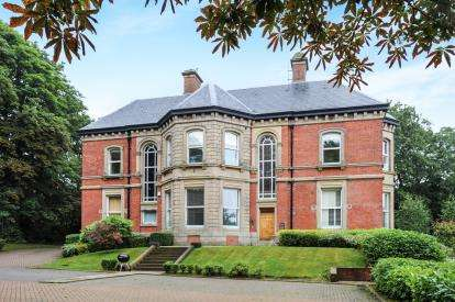 2 Bedrooms Flat for sale in Clevelands Drive, Heaton, Bolton, Greater Manchester, BL1