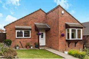 2 Bedrooms Bungalow for sale in Lingfield Gardens, Old Coulsdon, Surrey