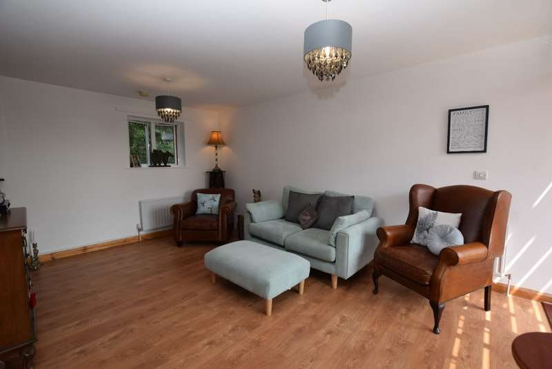 2 Bedrooms Flat for sale in Tylney Close, Chigwell, Essex, IG7