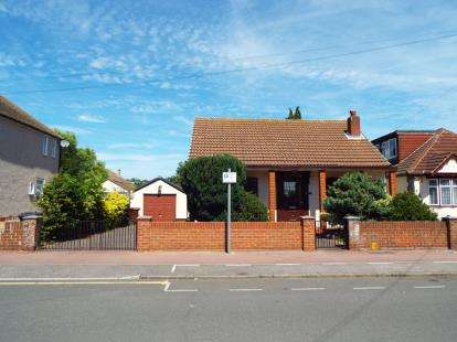 2 Bedrooms Bungalow for sale in Dagenham, Essex