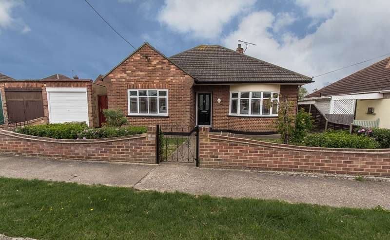 3 Bedrooms Detached Bungalow for sale in Malvern Avenue, Canvey Island, SS8
