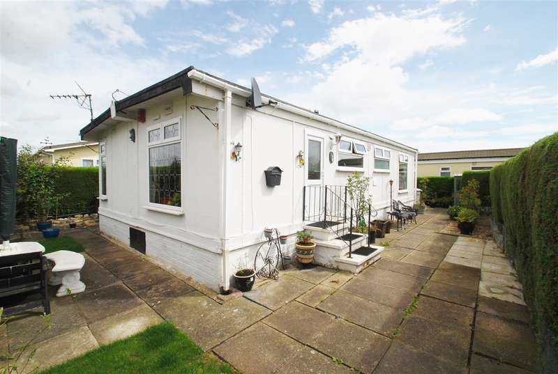 2 Bedrooms Bungalow for sale in The Paddock, Whitehaven Park, Sea Lane, Ingoldmells