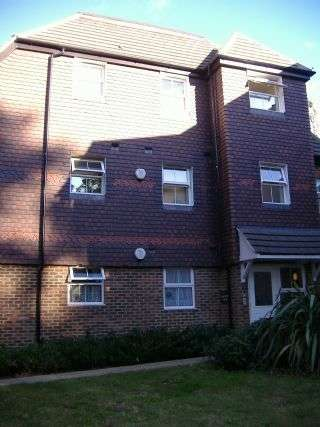 2 Bedrooms Ground Flat for sale in Two Bed Flat For Sale Norbury SW16