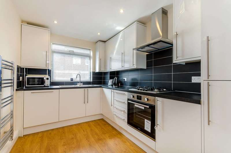 3 Bedrooms Maisonette Flat for sale in Charnwood Close, New Malden, KT3