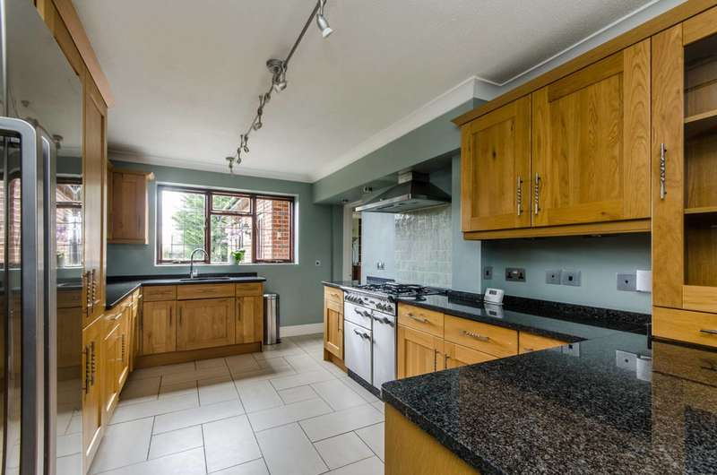 4 Bedrooms Detached House for sale in Kings Road, West End village, GU24