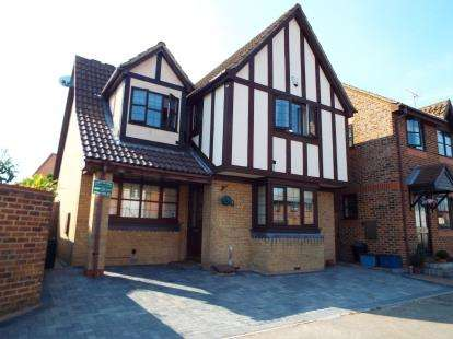 3 Bedrooms Detached House for sale in Barkingside, Essex
