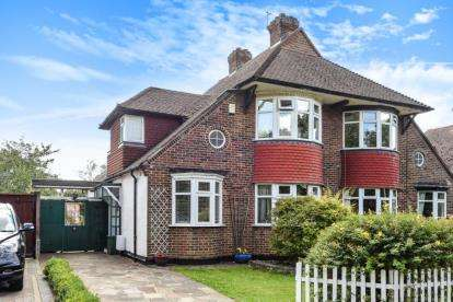 3 Bedrooms Semi Detached House for sale in Court Road, Orpington