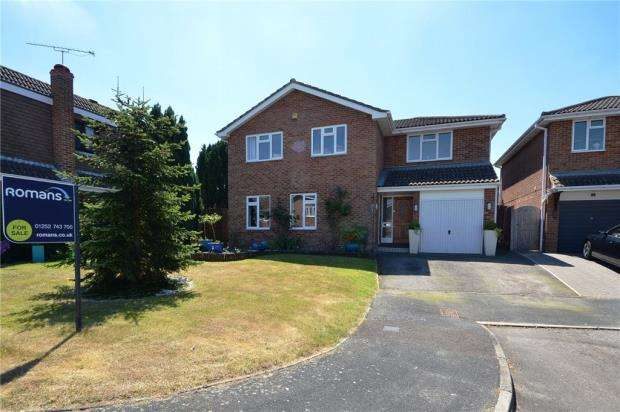 5 Bedrooms Detached House for sale in Brocklands, Yateley, Hampshire