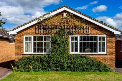 3 Bedrooms Bungalow for sale in Sandycliffe Close, Forest Town, Mansfield, Nottinghamshire