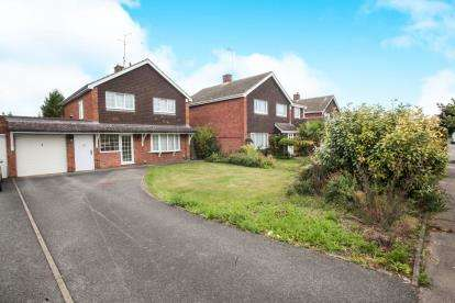 3 Bedrooms Detached House for sale in Coombe Drive, Dunstable, Bedfordshire, England