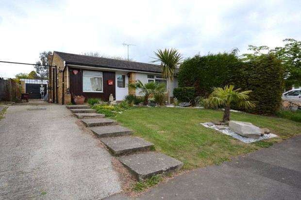 2 Bedrooms Semi Detached Bungalow for sale in Eastwood Road, Woodley, Reading
