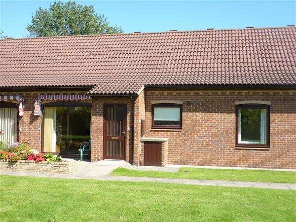 2 Bedrooms Semi Detached Bungalow for sale in PETERHOUSE ROAD, CAMBRIDGE RETIREMENT PARK, OFF CAMBRIDGE ROAD, GRIMSBY