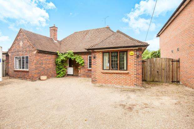 4 Bedrooms Bungalow for sale in Woodham, Addlestone, Surrey