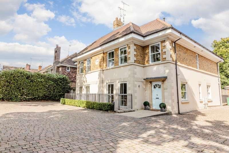 5 Bedrooms Semi Detached House for sale in Weybridge