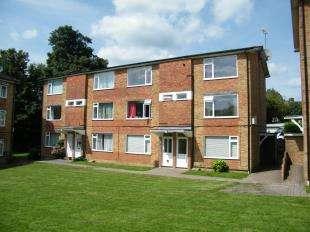 2 Bedrooms Maisonette Flat for sale in Liskeard Lodge, Tupwood Lane, Caterham, Surrey
