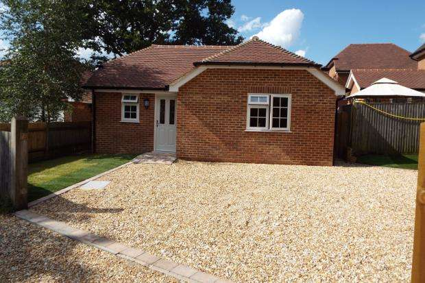 2 Bedrooms Bungalow for sale in Tadley, Hampshire