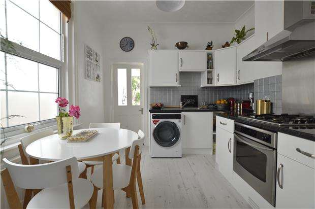 2 Bedrooms Flat for sale in St. Saviours Road, ST LEONARDS-ON-SEA, East Sussex, TN38 0AP