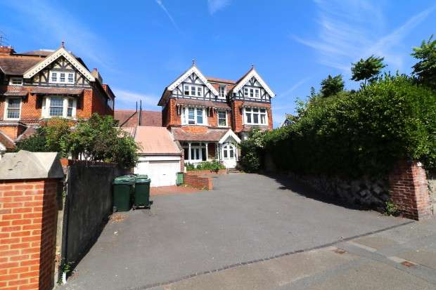 3 Bedrooms Flat for sale in Clifton house Upper Avenue, Eastbourne, BN21