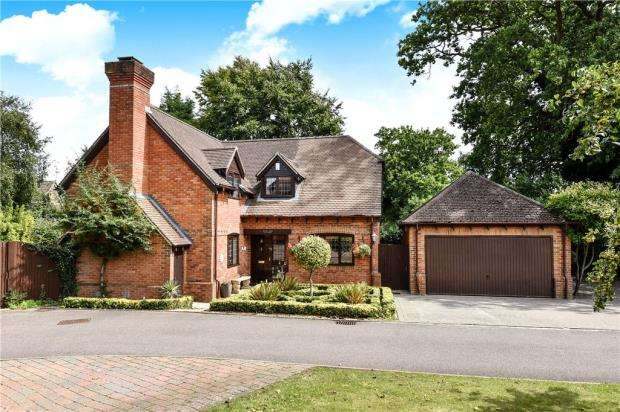 4 Bedrooms Detached House for sale in Hawkins Close, Yateley, Hampshire
