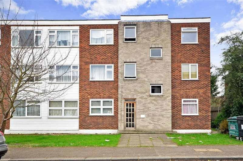 2 Bedrooms Flat for sale in Heathcote Grove, Chingford
