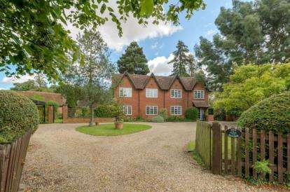 6 Bedrooms Detached House for sale in High Street, North Crawley, Newport Pagnell, Buckinghamshire