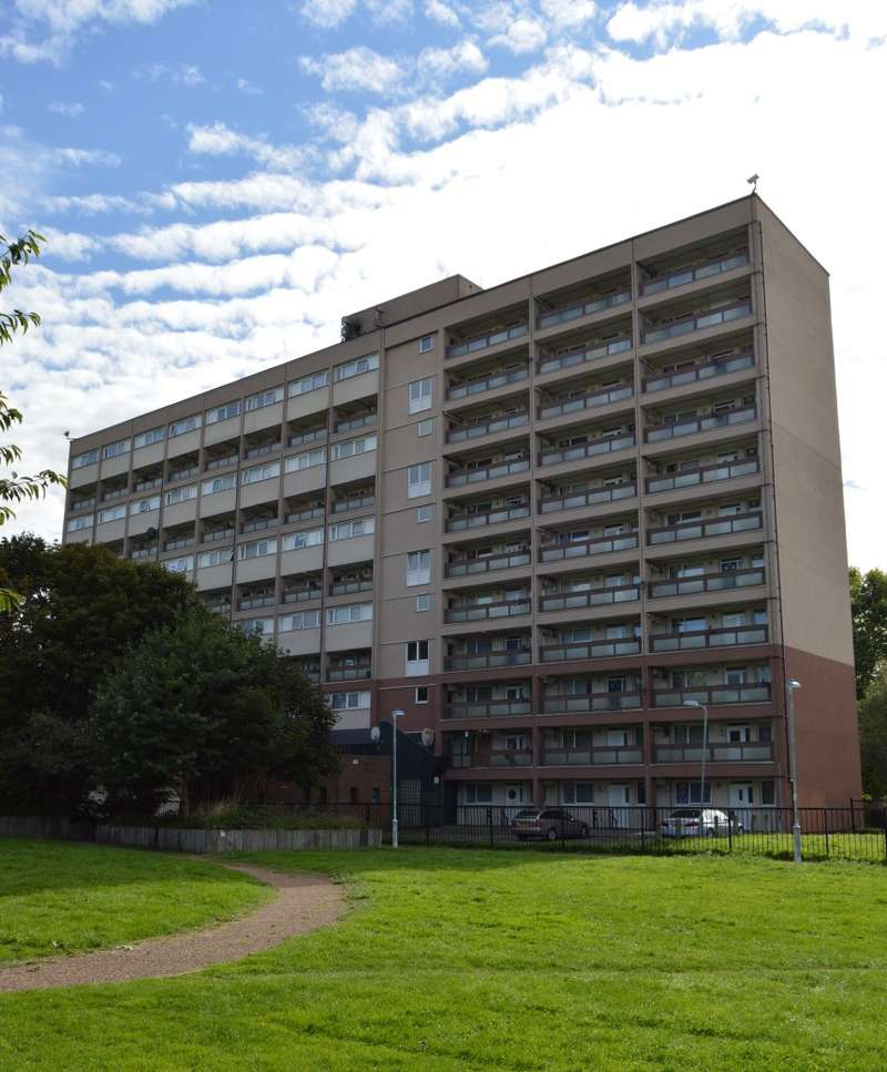 3 Bedrooms Maisonette Flat for sale in Frensham Court, Phipps Bridge Road, Mitcham, Surrey, CR4 3PJ