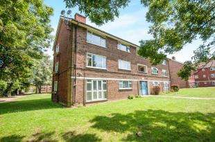 3 Bedrooms Maisonette Flat for sale in Rayfield Close, Bromley, .