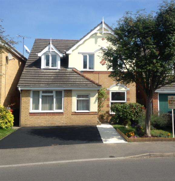 3 Bedrooms Detached House for sale in Richards Way, Cippenham, Slough