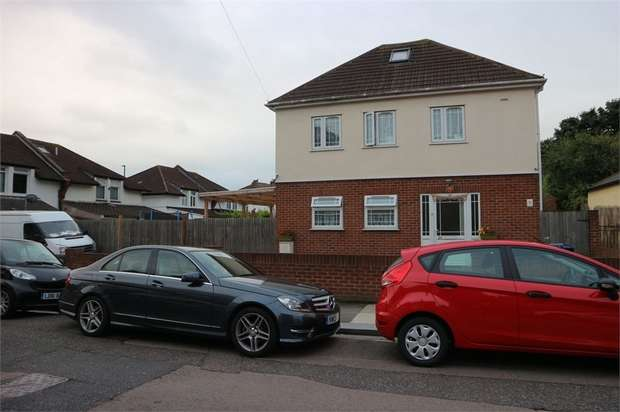 3 Bedrooms Detached House for sale in Kings Avenue, Greenford, Greater London