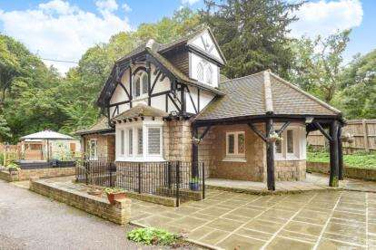 2 Bedrooms Detached House for sale in Westerham Road, Keston