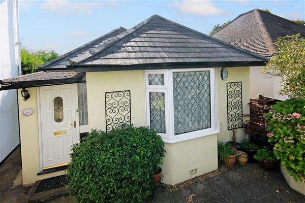 2 Bedrooms Bungalow for sale in Fortescue Road, Poole