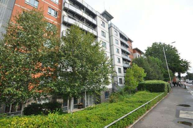 2 Bedrooms Flat for sale in Crossway Point, Norwood Road, Reading