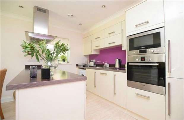 2 Bedrooms Flat for sale in Elmwood Court, Sandringham Mews, Hampton, Middlesex