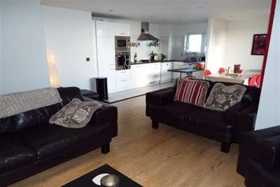 2 Bedrooms Flat for rent in Lady Isle House, Prospect Place, Cardiff