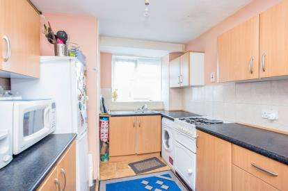 2 Bedrooms Maisonette Flat for sale in Swan Road, Southall, Middlesex, Greater London