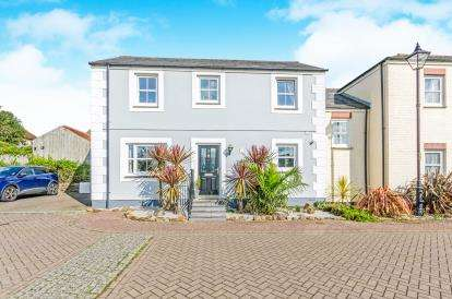 3 Bedrooms Link Detached House for sale in Redruth, Cornwall, U.K.