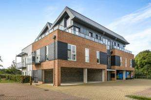 2 Bedrooms Flat for sale in The Kilns, Redhill, Surrey