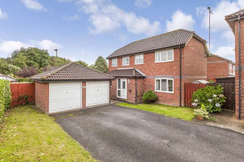 4 Bedrooms Detached House for sale in Bamborough Close, Horsham