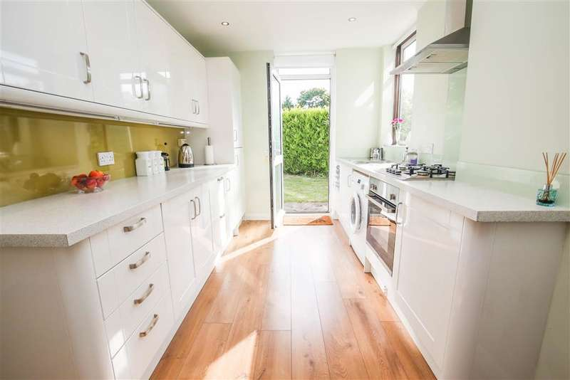 4 Bedrooms Semi Detached House for sale in Bennetts Way, Shirley, Surrey