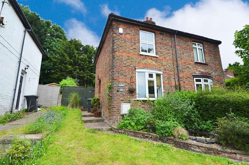 2 Bedrooms Semi Detached House for sale in Boundary Road, Loudwater, HP10