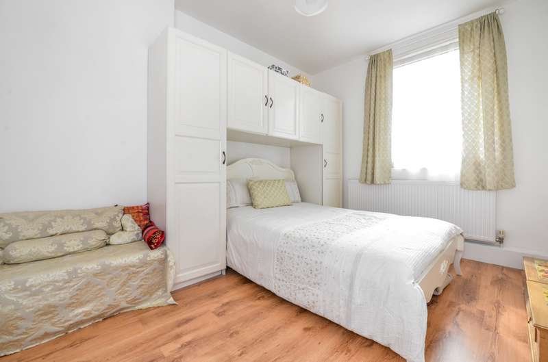 3 Bedrooms Flat for sale in Maysoule Road, Battersea, SW11