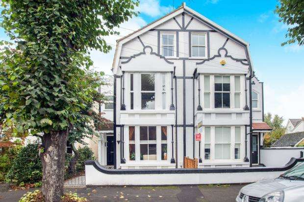 1 Bedroom Flat for sale in East Molesey, Surrey